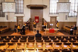 Een kerkdienst in een bijna lege kerk vanwege coronavirus. Deze dienst vond plaats in de Herengrachtkerk in Leiden en werd uitgezonden via stream op hun website.